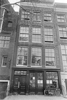In 1942 gaat Anne Frank en haar gezin onderduiken. Dit doen ze in het achterhuis, een bedrijfspand van Otto Frank.