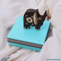 Ahşap Fil Biblo   Kutu özellikleri:10x10x3,5 cm turkuaz mat kuşe kağıt sıvama kutu  Biblo özellikleri:7x7 cm   Satın almak için www.atolyemira.com sayfasını ziyaret edebilirsiniz.