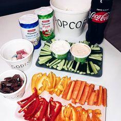 Cola Zero, grönsaksstavar minimorötter kvargsås kvarg dipp dippa, lösgodis, choklad, friggs majskakor riskakor.