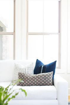 BECKI OWENS- Refresh your space by restyling your living and bedroom with vintage textiles. Sharing a roundup of favorite pillows on the blog!