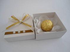 Referência: 1839  Descrição: caixa cartonada, modelo tampa e base, forrada com Papel Color Plus, com aplicação na tampa de meia pérola e fitas de voal e cetim.  Não comercializamos os produtos contidos na caixa.  Esta caixa pode ser utilizada para doces ou lembranças de diversos tipos de eventos....
