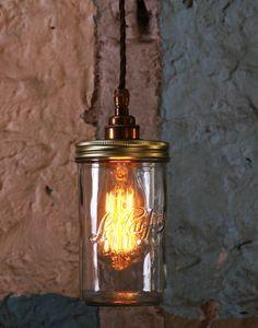 Laslámparasde techo vintage Jam Jar,son una dulzura tal y como dice su nombre, inspiradas en los tarros de mermelada, nos recuerda a nuestra infancia. Son perfectos, porque si bien recuerdas después de deleitarnos con la exquisita mermelada, tenía una función de almacenaje muy importante en nuestra casa. En este caso continúa la tradición y tenemos