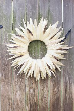 Corn Husk Wreath This gorgeous fall wreath is simple to make from a fun Mexican cooking ingredient! Would look great on your door or mantel for Thanksgiving! Thanksgiving Centerpieces, Thanksgiving Wreaths, Fall Wreaths, Hosting Thanksgiving, Cool Diy, Easy Diy, Fall Crafts, Crafts To Make, Christmas Crafts
