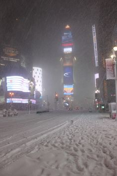 Times Square New York City New Years Eve 2011 - 2012 Ball Drop area silent during snow storm blizzard New York Life, Nyc Life, New Year's Eve 2011, Nyc Snow, New York Snow, Ville New York, Winter Schnee, Times Square New York, New York Christmas