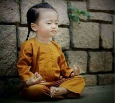 Little child in meditation Precious Children, Beautiful Children, Beautiful Babies, Beautiful World, Beautiful People, Kids Around The World, People Around The World, Little People, Little Ones