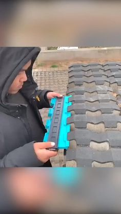 """It's crazy how well this works! This contour duplication gauge perfectly shapes to any surface! It's honestly mesmerizing to watch 😲 videos interieur This """"OmniGauge"""" Contour Duplication Gauge Is Insane! Cool Tools, Diy Tools, Cool Gadgets To Buy, Diy Home Repair, Home Gadgets, Cool Inventions, Useful Life Hacks, Home Hacks, Diy Hacks"""