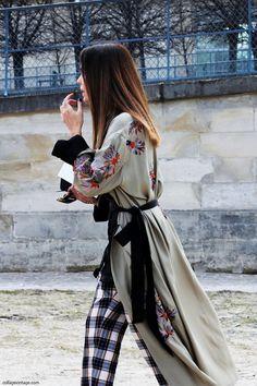 Street Style Embroided long kimono… the muster piece this season. Kimono Style Dress, Kimono Outfit, Kimono Fashion, Kimono Jacket, Street Style 2018, Street Chic, Street Fashion, Paris Fashion, Fashion Weeks
