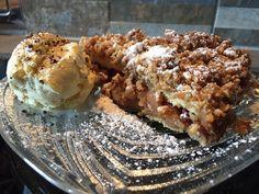 Apfel-Topfenkuchen mit Crumble an Vanilleeis