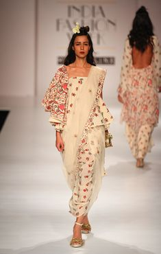 Some Outstanding Look Which You Would Love - AwesomeLifestyleFashion . Stylish Dress Designs, Stylish Dresses, Fashion Dresses, Indian Designer Outfits, Designer Dresses, Indian Dresses, Indian Outfits, Simplicity Fashion, Fashion Show Themes