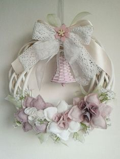 corona manualidades IKEBANA: 20 Idee per ghirlande pasquali In the Secret Garden Wreath Crafts, Diy Wreath, Flower Crafts, Felt Crafts, Fabric Crafts, Felt Flowers, Fabric Flowers, Hobbies And Crafts, Diy And Crafts
