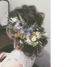 // Pinned by Ellen Rus. Dress Hairstyles, Braided Hairstyles, Wedding Hairstyles, Hipster Bride, Flowers In Hair, Wedding Flowers, Hair Arrange, Hair Setting, Hair Ornaments
