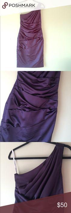 """Davids Bridal sz 2 DAVIDS BRIDAL Sz 2 - BEAUTIFUL DRESS! one shoulder - Length 38"""" ( should - bottom ) Thanks for looking I do bundle 💝Make offers!! David's Bridal Dresses One Shoulder"""