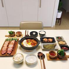 . 오늘 집밥 훈제 #삼겹살 굽고 #순두부찌개 끓여서 저녁 먹었어요! 날이 더우니 밥 해먹는것도 일이네요 😭😭 . 시원한 밤 보내세요✨✨ . . #신혼집 #집스타그램 #온더테이블 K Food, Good Food, Food Porn, Yummy Food, South Korean Food, Cafe Food, Aesthetic Food, Food Presentation, Asian Recipes