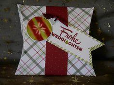 Die Box aus dem Designerpaper Fröhliche Feiertage von Stampin'  Up! ist die richtige Verpackung für ein persönliches Geschenk. Noch schöner wirkt sie, wenn sie mit ausgestanzten Motiven aus dem Stempelset Freude zur Weihnachtszeit verziert ist. #Weihnachten #Stampinup #Geschenkbox #DIY #Stempel