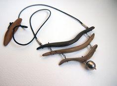 collier plastron trois bois flottés et perle argent, montage fil d'argent, lien en tresse de soie, hauteur réglable par bois coulissant.