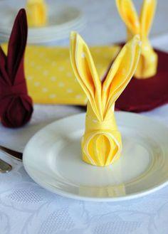 ♥ Ideia pra Páscoa - Dobre guardanapo em formato de coelho http://topartesanato.com/ideia-pra-pascoa/ #pascoa #artesanato
