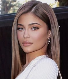 Kylie jenner glam makeup routine and look Brown Blonde Hair, Brunette Hair, Dark Blonde, Hair Inspo, Hair Inspiration, Fashion Inspiration, Estilo Jenner, Looks Instagram, Instagram Makeup