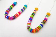 Strijkkralen zijn leuk! Maar wist je dat je ze ook kunt smelten in de oven en van de gesmolten strijkkralen hele leuke sieraden kunt maken? Tassel Necklace, Activities For Kids, Tassels, Diy Crafts, Sewing, Bracelets, Crafting, Jewelry, Bracelet