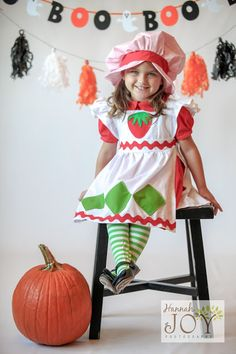 therefore is limitless: DIY Strawberry Shortcake Costume! Toddler Halloween, Family Halloween Costumes, Halloween Fun, Strawberry Shortcake Halloween Costume, Strawberry Shortcake Party, Homemade Costumes, Diy Costumes, Costume Ideas, Doll Costume