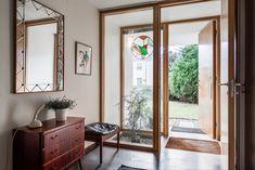 Mäklare Göteborg – Wettergren Fastighetsbyrå Studio Apartment, Home Fashion, Door Design, Beautiful Homes, Mid-century Modern, Teak, Interior Decorating, Decorating Ideas, Sweet Home