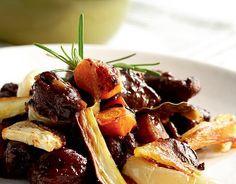 Syksyinen jänispata 1. Leikkaa lihat irti luista ja paloittele liha pieniksi kuutioiksi. Kuori sipuli ja juurekset. 2. Ruskista lihapala, luut ja sipulit pannulla. Siirrä ainekset pataan. Huuhdo pannu ja lisää liemi pataan. Lisää joukkoon juurekset, mausteet ja viini tai vesi. Anna hautua reilun tunnin ajan. Lisää joukkoon makea hyytelö ja anna hautua vielä toinen tunti, …
