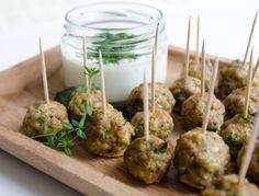 Fingerfood aus Faschiertem auf www.ichkoche.at Party Food Meatballs, Bbq Steak, Kitchen Time, Snacks, Finger Foods, Stuffed Mushrooms, Brunch, Healthy Recipes, Healthy Food