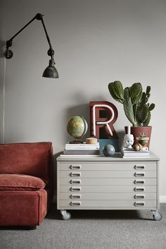 Rusty details goes so well with grey colors. The wall is painted in the color Södermannagatan from Alcro.