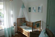 Babykamer Olivier in kleuren Sapphire en Mint gecombineerd met hout www.jutenjuul.nl