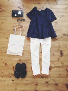 atelier bloom│navy blue blouse top with white skinny jeans and leather sandals or white chucks Chic Outfits, Pretty Outfits, Fashion Outfits, Womens Fashion, Mature Fashion, Passion For Fashion, Japan Fashion, Daily Fashion, Summer Work Outfits