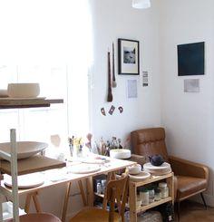 joli atelier d'une vendeuse etsy - http://www.etsy.com/blog/fr/2013/vendeur-a-la-une-createur-bijoux-by-loumi/