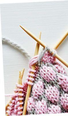 Kun teet kuplaa, pura kuviovärillä neulottu silmukka neljä kerrosta alaspäin. Poimi puikolle pohjavärillä neulottu silmukka ja purettujen silmukoiden lankalenkit. Neulo sitten puikolla oleva silmukka lankalenkkien kanssa. Crochet Flower Patterns, Baby Knitting Patterns, Knitting Stitches, Knit Mittens, Knitted Blankets, Knitting Socks, Crochet Instructions, How To Purl Knit, Diy Crochet