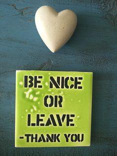 Na casinha linda da minha amiga Flávia Vieira uma mensagem que deve ser ouvida e vivida por todos nós em todos os ambientes todos os dias:Seja Gentil ou ... Saia fora. Obrigada!