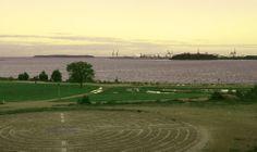 Katariinan meripuisto ja labyrintti, jonka keskellä pitää taputtaa.