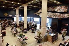 Una delle più belle librerie d'America. The Last Bookstore, ha aperto al pubblico nel 2005 in un loft nel centro di Los Angeles. Fu allora che il proprietario Josh Spencer, decise di prendere la sua decennale esperienza nella vendita massiva di qualunque cosa, dalle automobili ai vestiti su eBay e concentrarsi interamente sul suo primo amore: i libri.