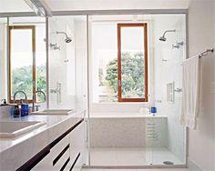 Confira 10 ambientes que combinam os chuveiros duplos com cubas, banheiras, e diferentes layouts e revestimentos.