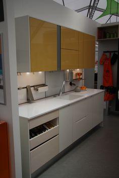 Keittiömaailma Asuntomessuosastoa 2015. Kuvassa uutuus SoundUnit seinäkaappien välissä. Ovimalli A la Carte Scuro ja Grano #asuntomessut2015