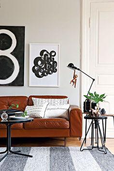 Cognac leren bank met zwart wit interieur