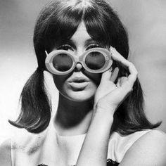 70s Glasses, 70s Aesthetic, Heart Shaped Sunglasses, Retro Sunglasses, Round Sunglasses, 1960s Fashion, Style Fashion, Black And White Design, Girls Makeup