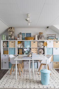 Hoe richt je een craftroom in? – – Home Office 2020 Craft Room Decor, Craft Room Design, Craft Room Storage, Ikea Craft Room, Sewing Room Design, Hallway Storage, Sewing Room Organization, Playroom Design, Storage Baskets