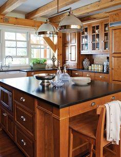Une cuisine rustique: pour les tiroirs et la hauteur du micro-onde, en plus de l'espace pour les jambes avec les tabourets.