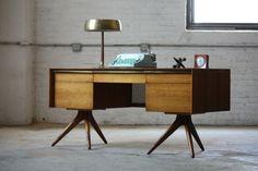 bureau design scandinave vintage avec lampe