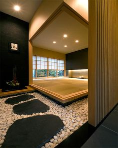 White river rocks contrast with the black rocks which contrast with the lighter wood in the center of the room. Modern Japanese Interior, Japanese Modern House, Japanese Living Rooms, Japanese Interior Design, Traditional Japanese, Japan Design, Bedroom Minimalist, Japan Interior, Japanese Buildings