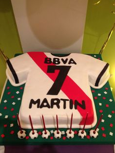 Torta Camiseta de River - Soccer futbol Cake. Facebook.com/pages/Dreams-Sweets Gymnastics Party, Soccer Party, Soccer Cake, Birthday Parties, Birthday Cake, Sport Cakes, Sugar Craft, Diy Cake, Childrens Party