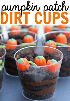 individually portioned Pumpkin Patch Dirt Cups make for the perfect fall snack at a home, school, or a Halloween party!These individually portioned Pumpkin Patch Dirt Cups make for the perfect fall snack at a home, school, or a Halloween party! Halloween Cupcakes, Bonbon Halloween, Postres Halloween, Soirée Halloween, Halloween Food For Party, Halloween Sweets, Preschool Halloween Party, Halloween Baking, Halloween Deserts Recipes