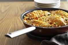 Ce repas de poulet nourrissant préparé dans un seul plat est prêt en 30 minutes. Impossible de se tromper en combinant du poulet, du riz et des légumes.