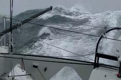 Des images impressionnantes de Jean Le Cam en pleine tempête sur le Vendée Globe!