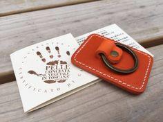 高級イタリアンレザーで製作いたしましたiPhone・スマホ 革リングです。ナチュラル イタリアンレザー色は4色です。 「brown」 「Orange」 「…