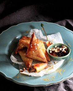 A twist on a classic: traditional bobotie in crisp samoosa parcels with sweet 'n sour apricot dipping sauce. Kos, Sauce Recipes, Cooking Recipes, Susan Recipe, Turnover Recipes, Delicious Desserts, Yummy Food, Curry Dishes, South African Recipes