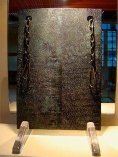 Anatolie - Histoire des Hittites - Tablette en bronze sur laquelle est inscrit le traité de paix entre Tudhaliya IV et Kurunta de Tarhuntassa, XIIIe siècle avant notre ère.