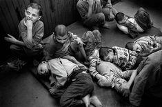 Estas fotografías fueron tomadas en 2002 en solitarios manicomios y orfanatos de Serbia y captan escalofriantes imágenes de cómo era la vida en una de estas instituciones en aquel entonces. Los niños en estos lugares a menudo eran atados a su cama...